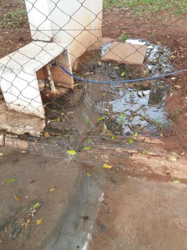 Você Repórter: Moradora reclama de vazamento de esgoto nas proximidades do PSF Vale do Sol, em OC
