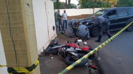 Mulher é presa por homicídio após bater carro contra moto com o marido e outra mulher