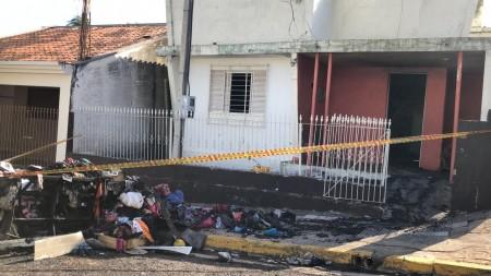 Família que teve residência incendiada em OC precisa de roupas e mantimentos
