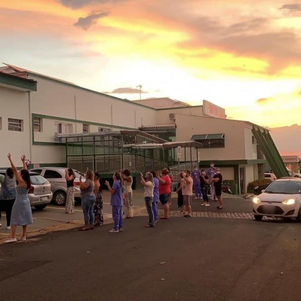 Grupo de pessoas faz oração em frente à Santa Casa de Osvaldo Cruz