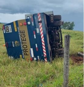 Durante chuva, carro-forte tomba em rotatória na Rodovia Comandante João Ribeiro de Barros