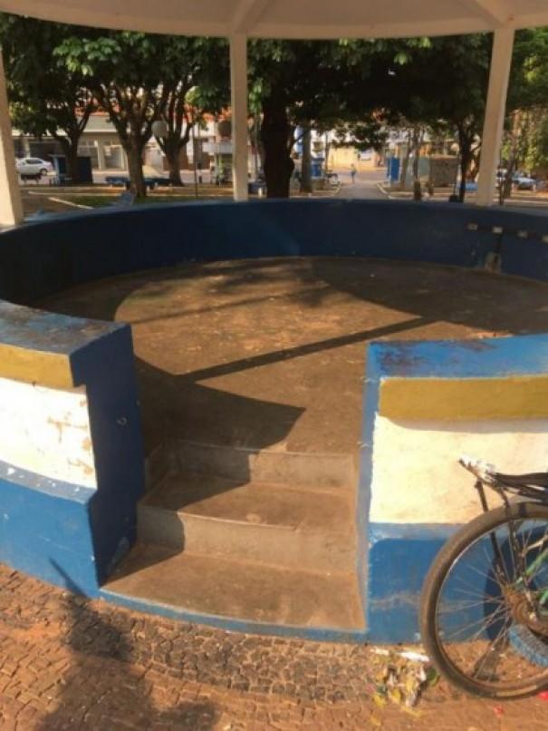 Depois de reclamações sobre moradores de rua, Prefeitura de OC realiza operação de limpeza na Praça da Matriz