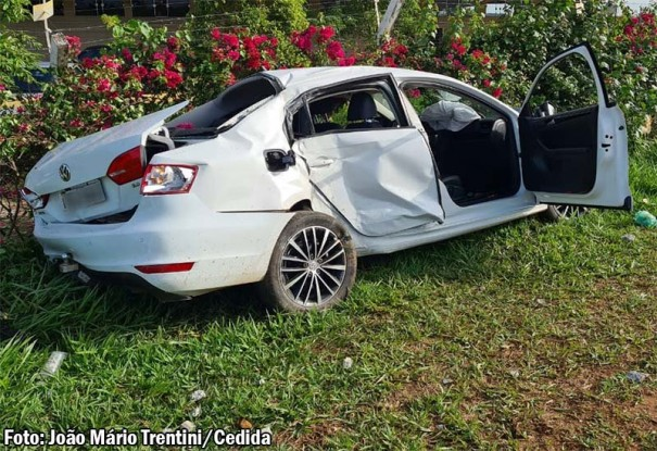 Veículo colide contra poste de energia na vicinal Tupã - Juliânia