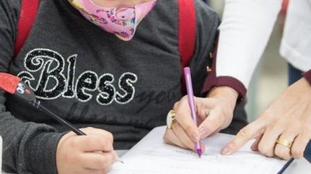 Rede municipal não afasta professores após contato com alunos positivos para Covid-19; órgão explica