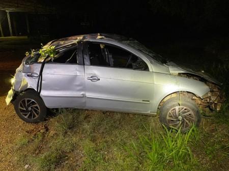 Após perder o controle da direção, motorista capota carro e é socorrido em estado grave