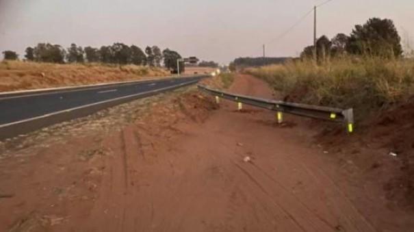 Eixo-SP retira barreiras de estrada municipal em Parapuã
