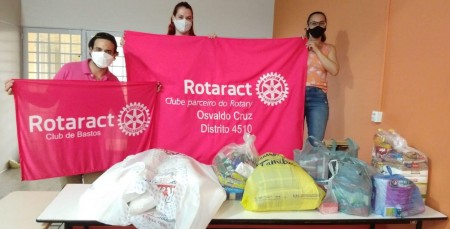 Rotaract de Osvaldo Cruz e Bastos realiza entrega de mantimentos a família que teve a casa incendiada