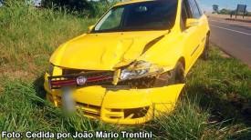 Carro bate contra defensa metálica na SP-294, no trecho Iacri - Tupã