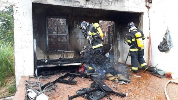 Residência abandonada pega fogo em Osvaldo Cruz
