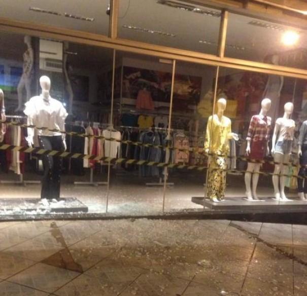 Loja tem porta de vidro quebrada com pedra atirada por acidente no centro da cidade