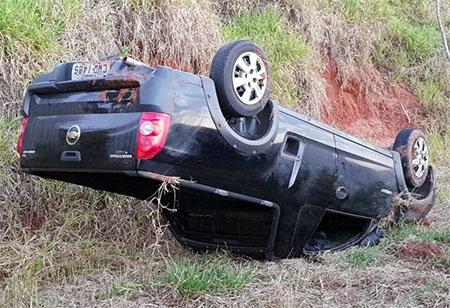 Veículo capota em vicinal de Pacaembu e deixa condutor ferido