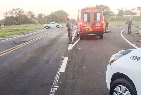 Motociclista sofre amputação de pé após se envolver em acidente com caminhão