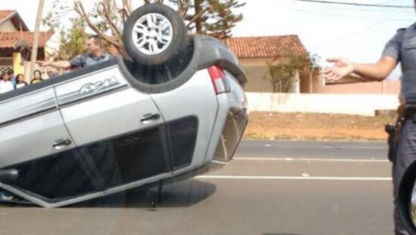 Motorista desvia de conversão repentina e capota o próprio veículo em Adamantina