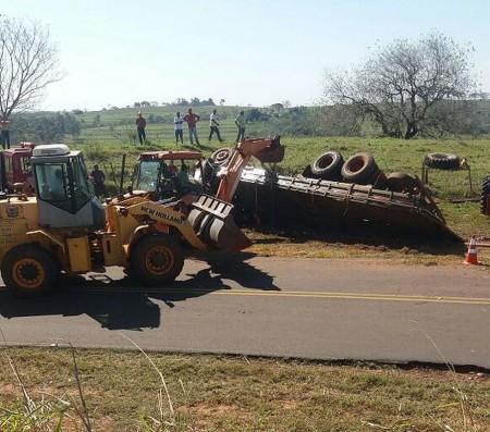 Motorista morre após caminhão tombar em vicinal de Tarabai