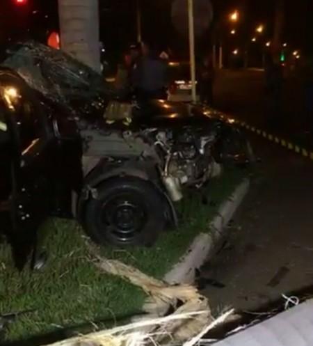 Motorista morre e três passageiras ficam feridas após veículo bater em árvore