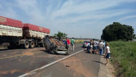 Acidente com capotamento de veículo na SP-294 deixa duas pessoas feridas em Parapuã