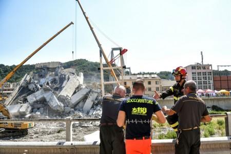 Vítimas ainda podem estar sob escombros de ponte que desabou em Gênova