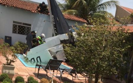 Avião monomotor cai sobre casa deixa três mortos em Rio Preto