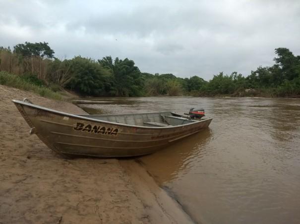 Pescadores abandonam barco no Rio Aguapeí e fogem de abordagem policial durante a Operação Piracema