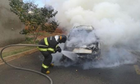 Veículo pega fogo no bairro Veredas em Osvaldo Cruz