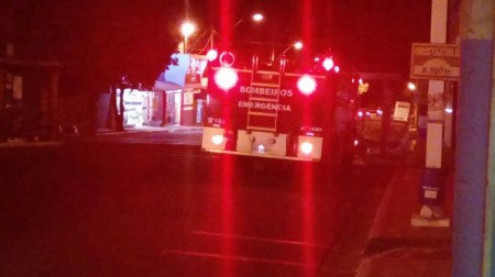 Curto circuito provoca fogo em fiação elétrica e assusta moradores na região do Jardim das Bandeiras