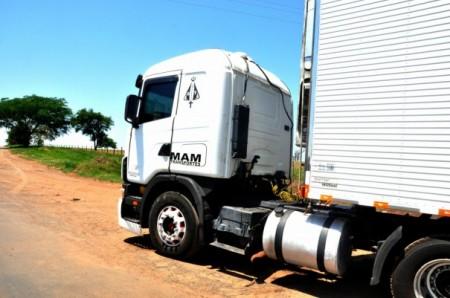 Cabine de caminhão cai sob corpo de motorista na SP-425
