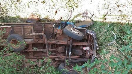 Motorista morre e passageiro fica ferido após caminhão despencar em ribanceira