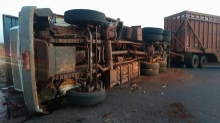 Motorista passa mal, perde o controle e caminhão canavieiro tomba