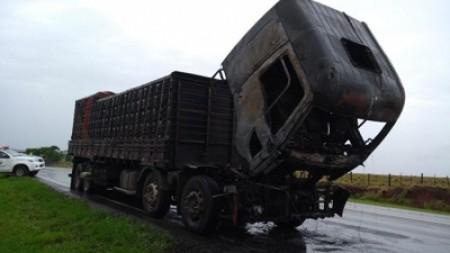 Caminhão tem perda total em rodovia após incêndio
