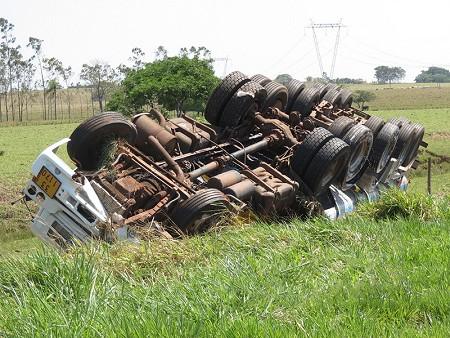 Caminhão tanque carregado com 35 mil litros de etanol tomba na SP-563