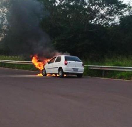 Carro pega fogo na SP-294 em Lucélia
