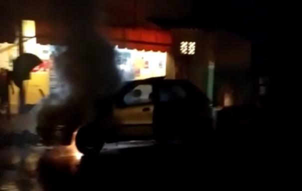 Carro pega fogo na rua em Ouro Verde