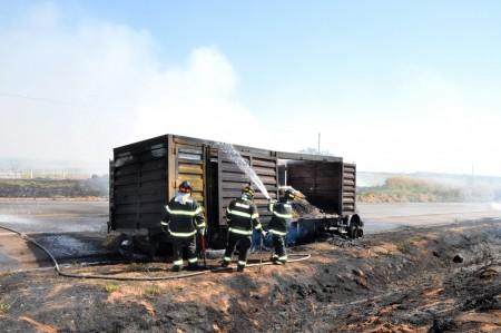 Caminhão carregado com palha de amendoim pega fogo na SP-294
