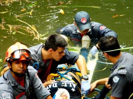 Menor cai com bicicleta em córrego em Flórida Paulista e é socorrida pelo Corpo de Bombeiros