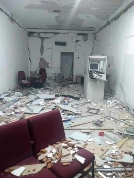 Bandidos fazem ao menos 10 reféns e explodem caixas eletrônicos de duas agências bancárias, em Primavera