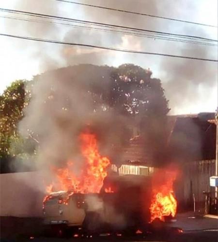 Incêndio destrói kombi em avenida no centro de Bastos