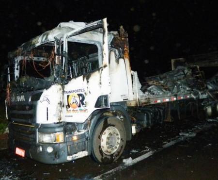 Veículo de carga animal pega fogo na SP-294 em Flórida Paulista e equino morre queimado