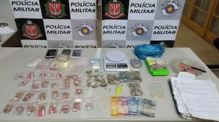 Homem corre ao ver viatura policial e acaba preso por tráfico de drogas, em Santo Anastácio