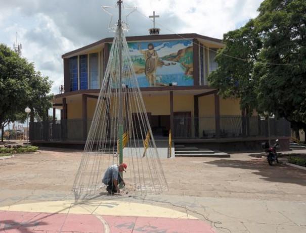 Prefeitura de Salmourão instala enfeites de Natal na cidade