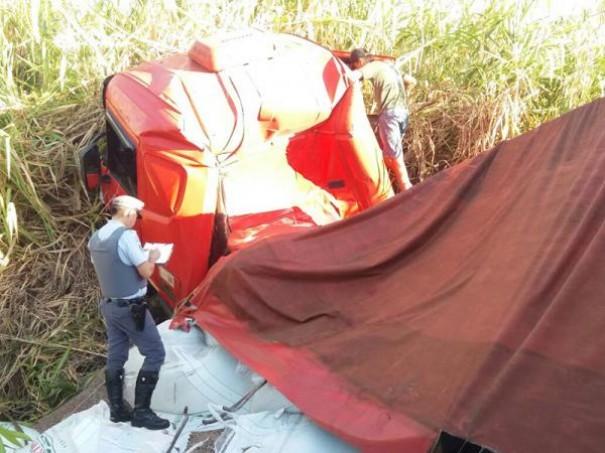 Acidente com caminhão carregado com fertilizantes deixa casal ferido na SP-294