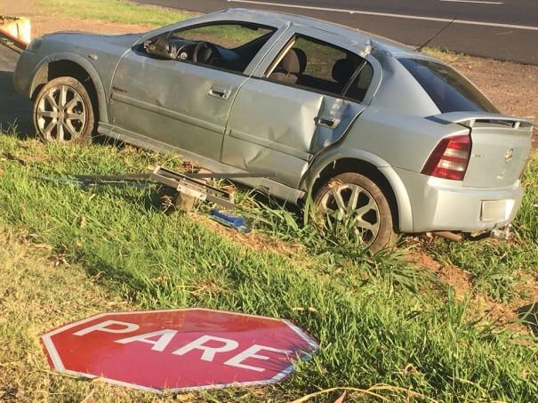 Motorista perde o controle de carro, bate em placa de sinalização e tomba na SP-270