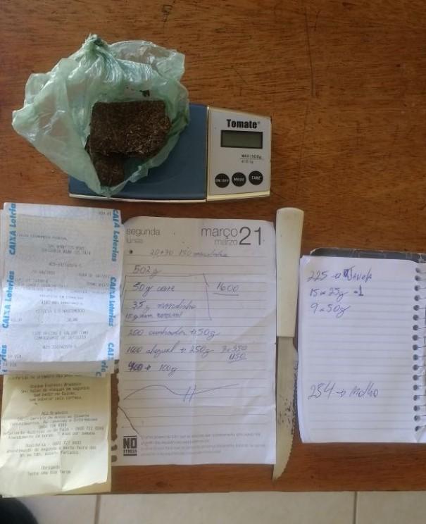 Traficante é preso com maconha, balança de precisão e anotações da contabilidade do tráfico em OC