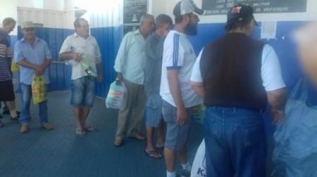 Torcedores do Azulão fazem fila para trocar garrafas Pet por ingresso para o jogo de domingo