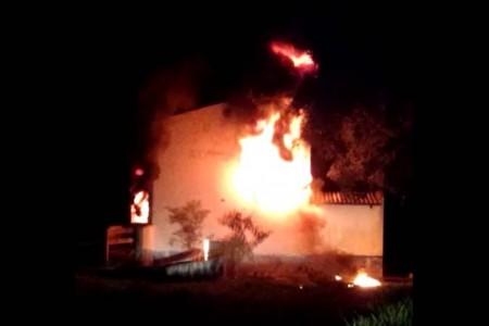 Incêndio destrói depósito de pneus da Prefeitura de Santa Mercedes