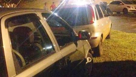 Policiais quebram vidro de carro para retirar criança trancada pelos pais durante rodeio