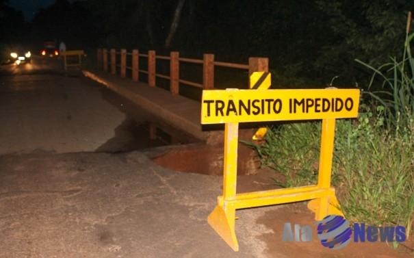 Ponte sobre Córrego Barreiro, em Salmourão, está interditada por ter sido danificada pelas chuvas