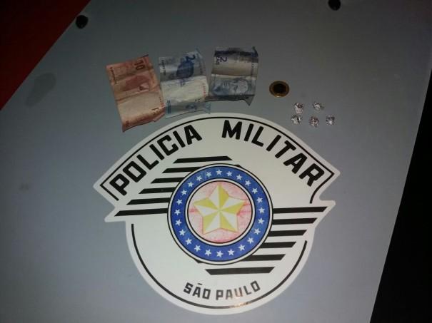 Polícia Militar prende dois por tráfico e dois por porte de droga na Vila Esperança