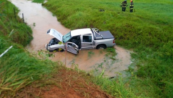 Motorista morre após capotar caminhonete em estrada vicinal e cair em córrego