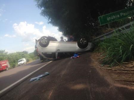 Depois de colidir lateralmente com caminhão, Gol roda na pista e capota na SP-294