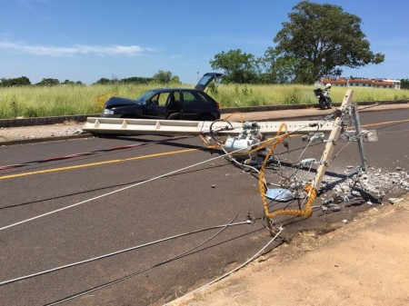 Motorista perde controle de veículo e derruba postes em Presidente Prudente